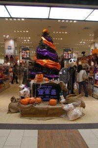 indoor-halloween-tree-by-HAMACHI